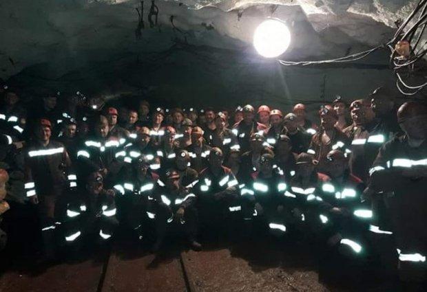 В Кривом Роге 150 шахтеров вторые сутки отказываются подниматься на поверхность из-за забастовки