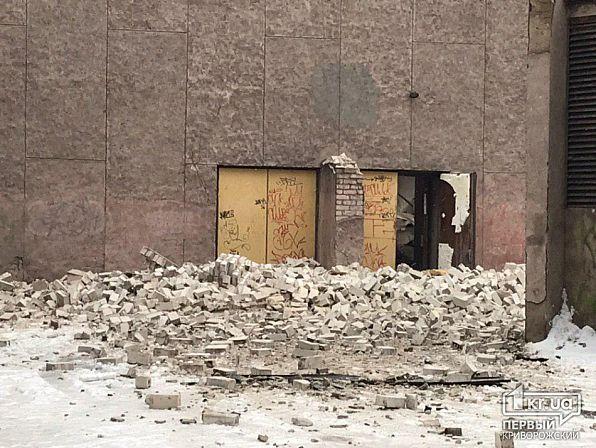 В Кривом Роге обвалилась крыша бывшего кинотеатра: фото с места инцидента